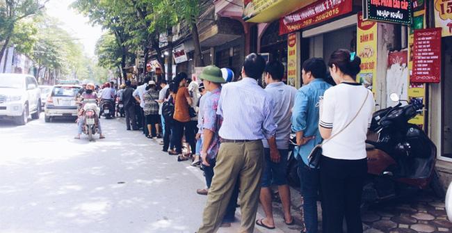 Sát Tết Trung thu, người Hà Nội xếp hàng dài cả cây số, chen nhau chờ mua bánh Bảo Phương