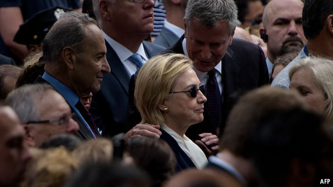 """""""Cú trượt chân"""" tai hại của bà Hillary Clinton"""