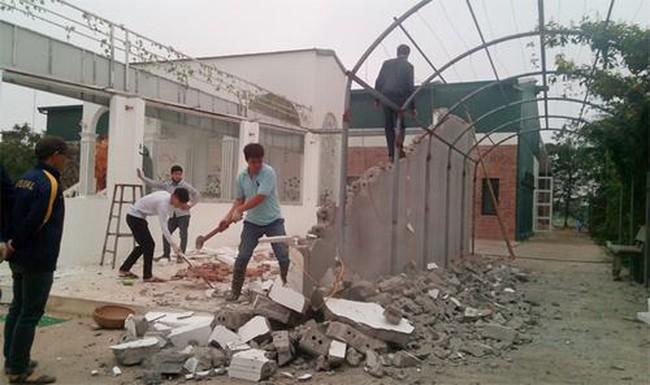 """Phá dỡ """"phim trường"""" xây trên đất nông nghiệp tại xã Thanh Liệt"""