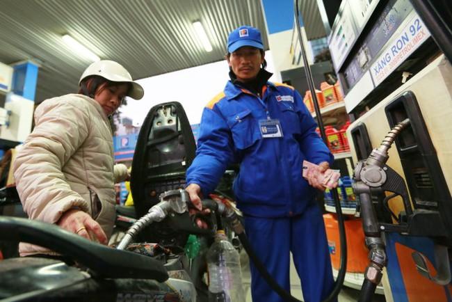 Giá xăng dầu trong nước vẫn giảm chậm