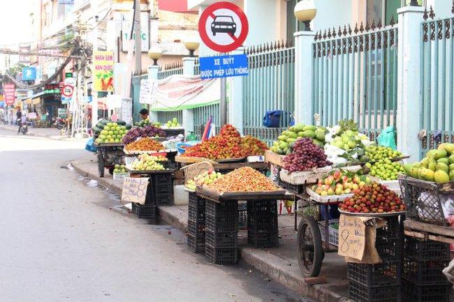 Trái cây rẻ rề tràn ngập Sài Gòn vẫn ế, chuyện gì vậy?