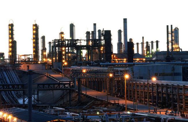 Giá dầu tăng vọt hơn 5% sau khi Mỹ công bố dự trữ bất ngờ sụt giảm