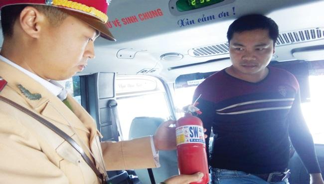 Bắt buộc ô tô phải có bình cứu hỏa: Cả CSGT và tài xế đều lúng túng