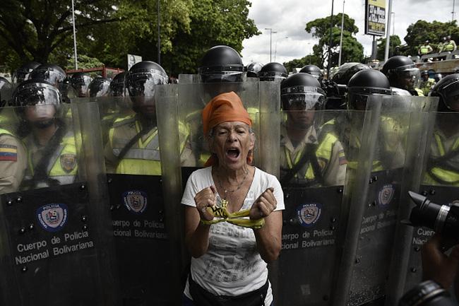 Người biểu tình Venezuela đụng độ với cảnh sát vì đói và bất mãn