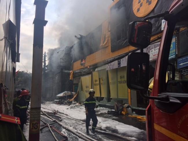 Tp.HCM: Cháy lớn trên đường Cống Quỳnh, ít nhất 10 ôtô cháy trơ khung
