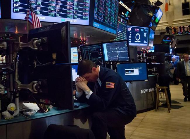 """Nhà đầu tư """"không còn chỗ trú ẩn"""" trong """"cơn bão"""" lợi nhuận giảm"""