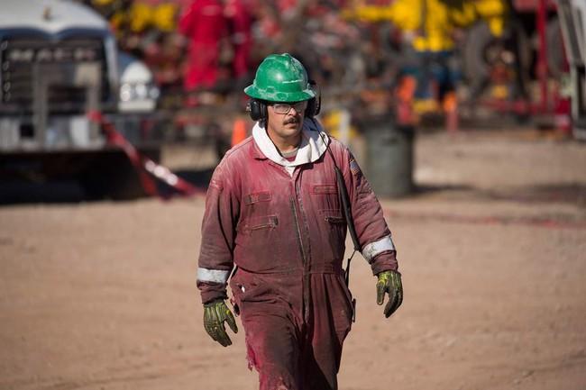 Giá dầu tăng vọt, gần chạm mốc 50 USD/thùng