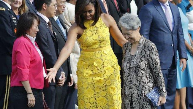 Vợ Thủ tướng Singapore cầm bóp 11 USD đến Nhà Trắng gây sốt