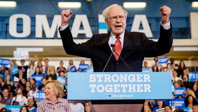 Tỷ phú Buffett dằn mặt Donald Trump: Con khỉ còn làm tốt hơn ông