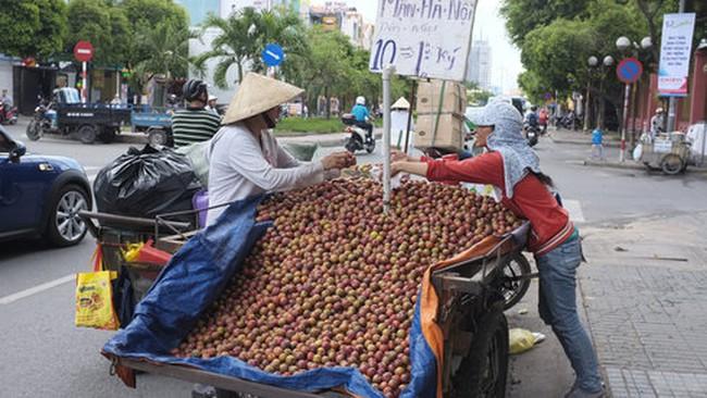 """""""Đại bại"""" ở siêu thị, mận TQ thoát ra đường thành... mận Hà Nội"""