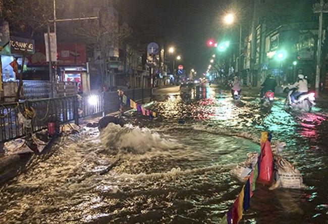 Nửa đêm, nước sạch chảy thành sông trên đường Nguyễn Lương Bằng, Hà Nội