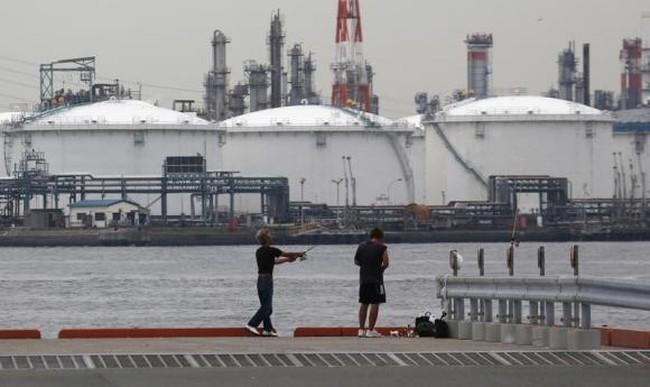 Giá dầu mất 4% do dầu lưu kho Mỹ giảm ít hơn dự đoán