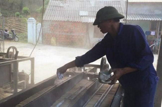 Dùng hóa chất và bột lạ để sản xuất đũa tre