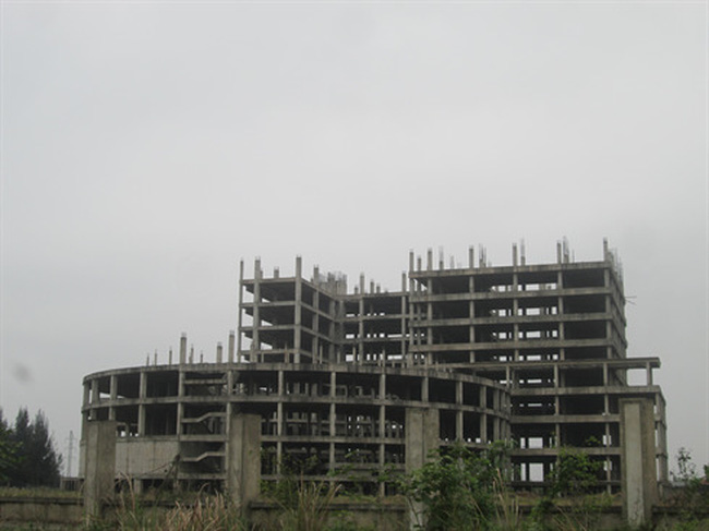 Bệnh viện trăm tỷ bỏ hoang giữa đồng không mông quạnh