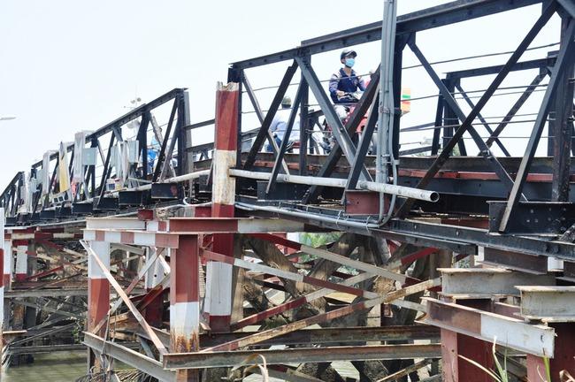 Nín thở đi qua những cây cầu sắp 'rụng' ở TPHCM