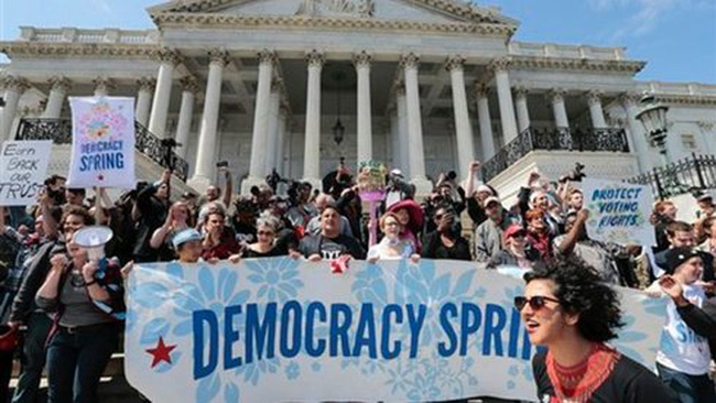 Hàng trăm người Mỹ biểu tình trước tòa nhà quốc hội
