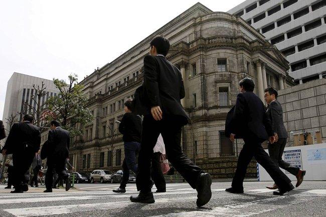 Fed và BoJ trái chiều, nhà đầu tư mắc kẹt
