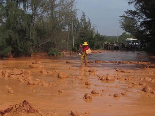 Đình chỉ 3 tháng và yêu cầu công ty khai thác titan gây tràn bùn đỏ đền bù thỏa đáng cho dân