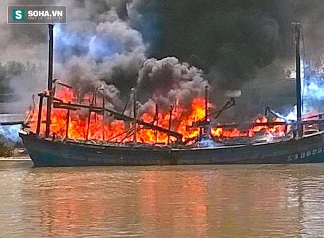 Tàu cá tiền tỷ bất ngờ bốc cháy dữ dội rồi chìm nghỉm xuống sông
