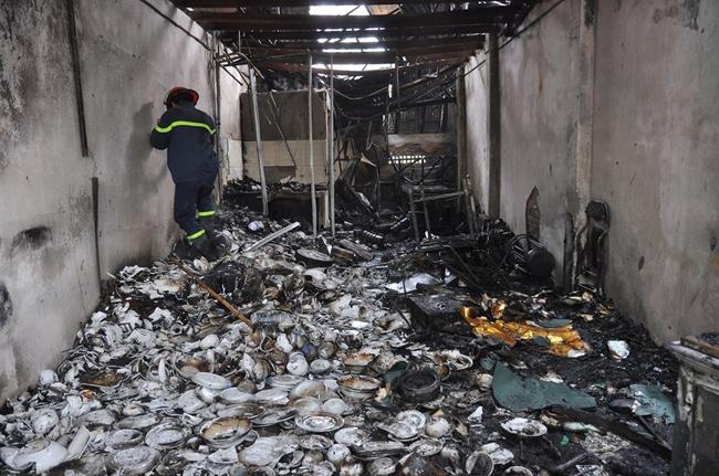 Hà Nội: Lửa thiêu rụi 6 ki ốt kinh doanh tạp hóa tại ngã ba Biển Sắt