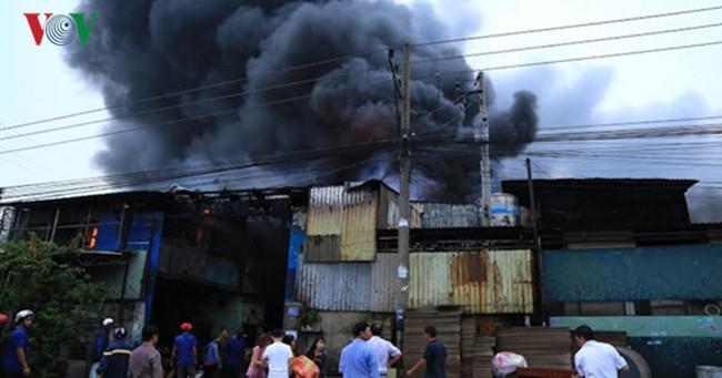 Cháy lớn thiêu rụi hàng nghìn mét vuông nhà kho ở Bình Dương