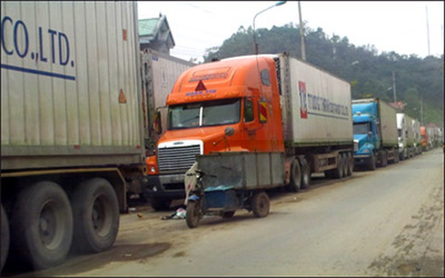 Cửa khẩu Tân Thanh thông quan trên 200 xe dưa hấu và thanh long/ngày