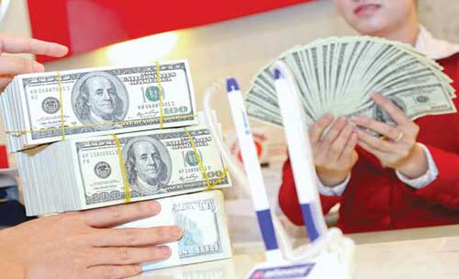 Tỷ giá trung tâm và giá USD ngân hàng cùng giảm
