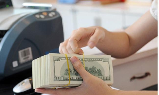 Bất chấp tỷ giá trung tâm giảm, giá USD ngân hàng vẫn không đổi