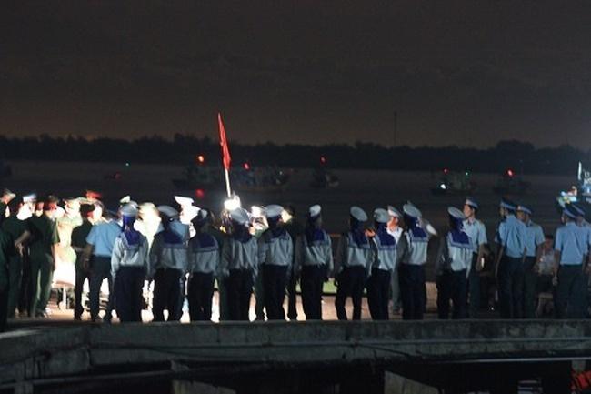Clip đồng đội đón phi công Trần Quang Khải về đất liền