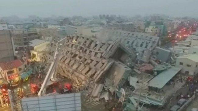 Nhà 17 tầng đổ sập trong động đất ở Đài Loan