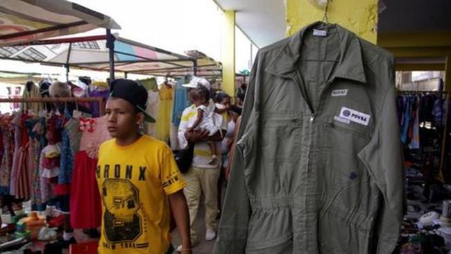 Công nhân dầu khí Venezuela phải bán đồng phục mua thức ăn