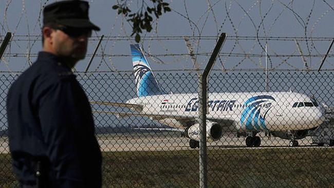 Clip không tặc thả hành khách khỏi máy bay Ai Cập