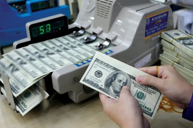 Tỷ giá trung tâm lao dốc, giá USD ngân hàng vẫn tăng