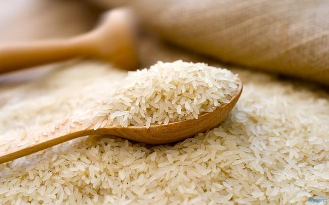 Cùng một tiêu chuẩn, nhưng giá gạo xuất khẩu của Việt Nam lúc nào cũng thấp hơn Thái Lan