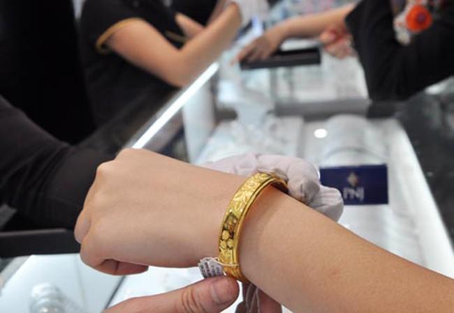 Hốt hoảng khi vàng vượt mốc 38 triệu đồng/lượng