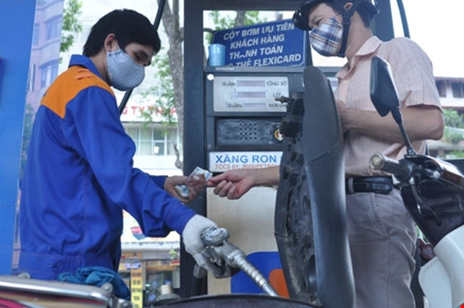 Từ 15h00: Giá xăng giảm 200 đồng/lít, giá dầu madut tăng