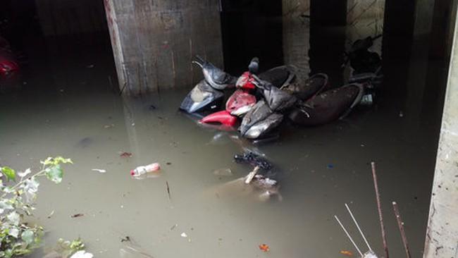 """Xe """"chết đuối"""" trong hầm ngập nước, ai chịu?"""