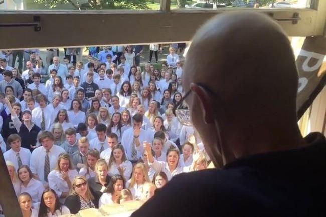 Khoảnh khắc xúc động khi 400 học sinh hát tặng thầy giáo sắp qua đời