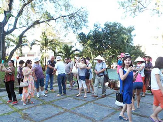 """Nhiều khách sạn tại Nha Trang """"ưu ái"""" giá phòng cho khách Trung Quốc"""