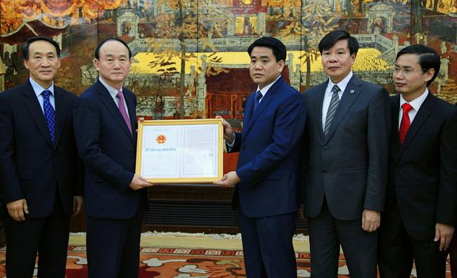 Chủ tịch Hà Nội Nguyễn Đức Chung trao giấy chứng nhận đầu tư cho Trung tâm Nghiên cứu của Samsung