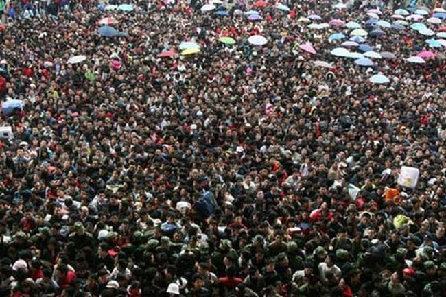 """Trung Quốc: """"Địa ngục"""" xếp hàng về quê ăn Tết"""