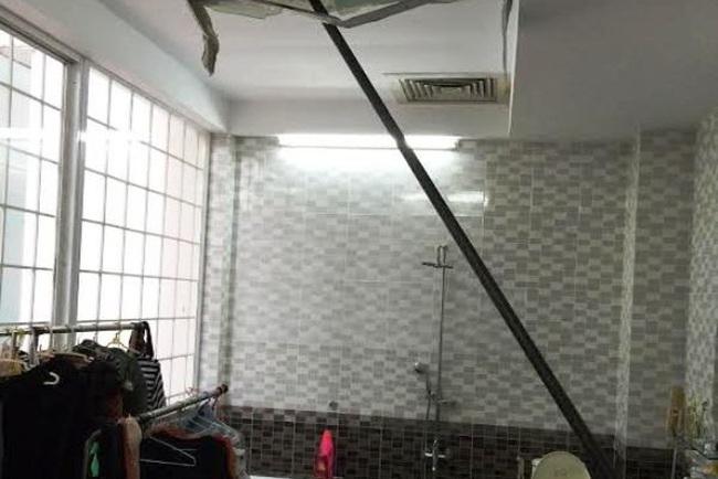 Sắt lao thủng mái nhà, đập nát kính nhà dân sống cạnh Saigonres Plaza