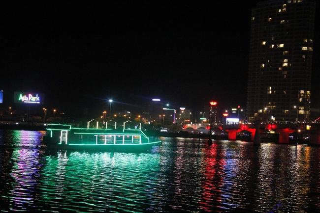 Đã vớt được 20 người lật tàu du lịch trên sông Hàn