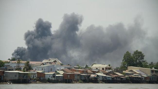 Lửa bốc cháy ngùn ngụt tại chợ Hóa An - Biên Hòa