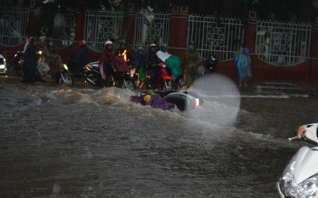 Clip: Nước mưa chảy xiết như sông cuốn trôi xe máy trên đường phố Sài Gòn