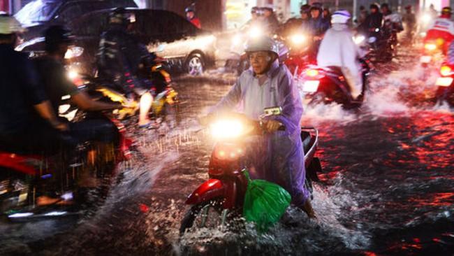 TP.HCM mưa tầm tã, nhiều đoạn đường đang ngập nặng