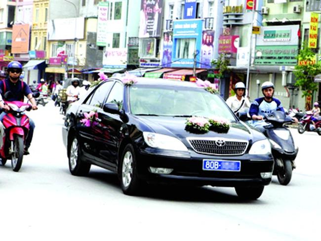 Thứ trưởng cũng bắt taxi đi làm: Có giải quyết gốc rễ vấn đề lãng phí xe công?