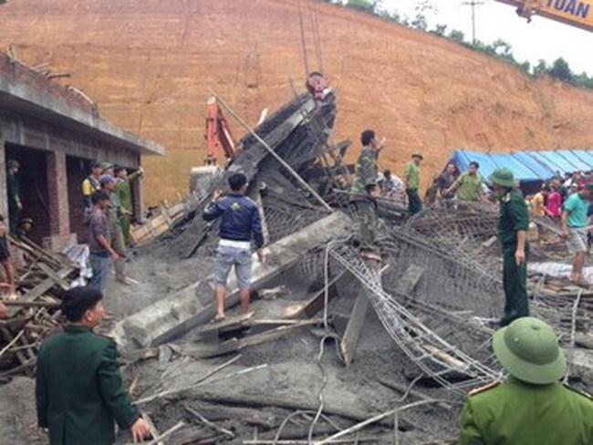 Hà Nội: Chung cư cao cấp đang xây bất ngờ bị sập giàn giáo