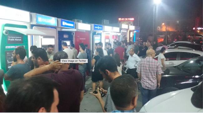 Người dân Thổ Nhĩ Kỳ đua nhau đi rút tiền ở các cây ATM