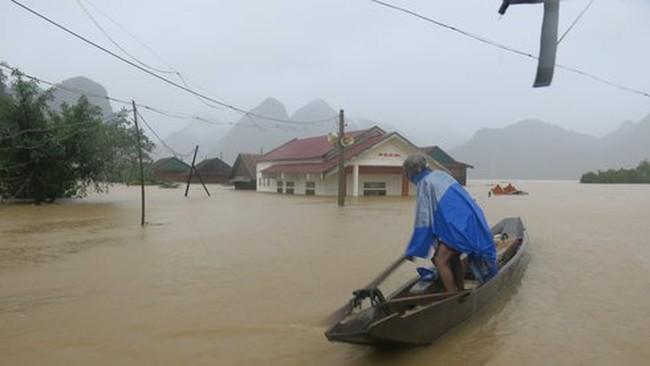 Hơn 1.000 hộ dân vùng rốn lũ Tân Hóa đã bị ngập trong lũ